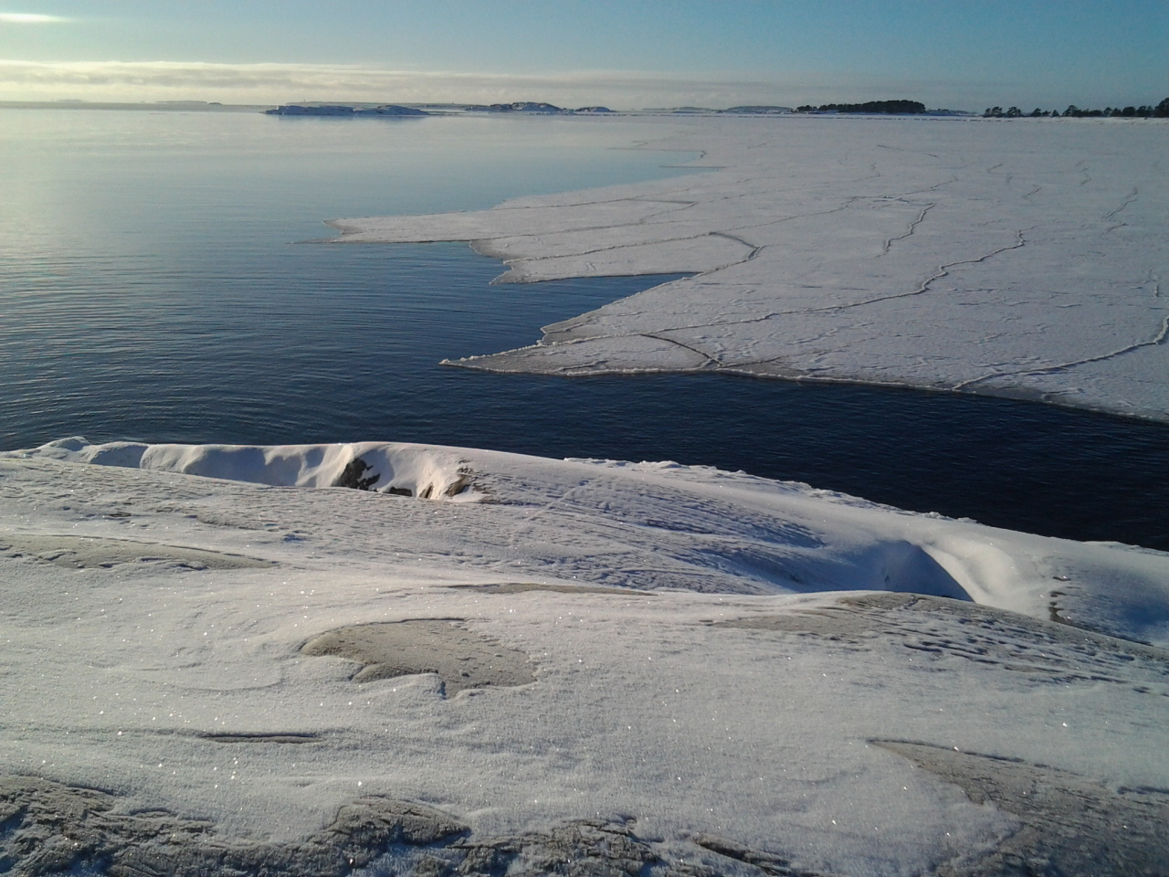 Southern waves and wind from north causes loosely drifting ice